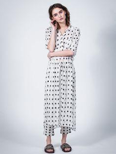 ● Komfortabel, lang kjole med minimalistisk, kvadratiske print● 3/4-ærmer, påsatte lommer og løbegang med snøre ● Tilføjer dig facon i et ellers 'free-spirited' design.Loose fitStylen er størrelsestilsvarende, derfor anbefaler vi at du vælger din normale størrelse ✔ Gratis fragt til GLS Pakkeshop✔ Hurtig Levering: 1 - 3 dage ✔ Sikker betaling med SSL Technology