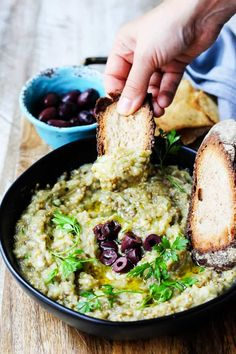 Dip Melitzanosalata (Greek Eggplant Dip) Melitzanosalata is a Greek eggplant dip made from roasted or charred eggplants, garlic, onions, olive oil, lemon juice and parsley. Vegetarian Recipes, Cooking Recipes, Healthy Recipes, Gourmet Recipes, Meze Recipes, Healthy Dishes, Healthy Meals, Healthy Appetizers, Appetizer Recipes