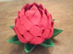 Origami con forma de piña o helioconia hecho con servilletas de papel. Podemos utilizarlo como centro de mesa o presentación de las servilletas sobre el plato de los comensales.