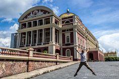 Una de las imágenes más características de Manaus: el teatro Amazonas y el salto