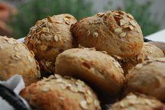 Havregrødsboller er gode til skolemadpakken - og nemme at lave. De skal dog hæve natten over. De er lavet af havregrød og med kun lidt gær, og det gør, at de holder sig friske længe.