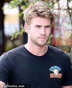 is the spitting image of older sibling Chris - Liam Hemsworth is the spit of Chris Hemsworth with trimmed hair and stubble Liam Hemsworth, Hemsworth Brothers, Just Beautiful Men, Beautiful Men Faces, Blond, Spitting Image, Older Siblings, Australian Actors, Beauty