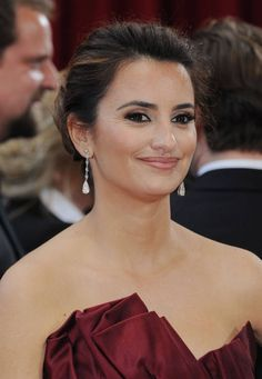 """Oscars 2010 - Penelope Cruz nominated for Best Supporting Actress (""""Nine"""") wore Chopard jewelry to light up the red carpet. She wore 18-carat pear-shaped diamond drop earrings."""