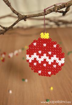 Christmas bauble hama beads by Papelisimo Hama Beads Design, Diy Perler Beads, Perler Bead Art, Pearler Beads, Fuse Beads, Melty Bead Designs, Hamma Beads Ideas, Christmas Perler Beads, Pixel Beads