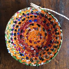 This basket is slowly getting bigger and bigger. I am using all the plastic wraps from Christmas candy, and coffee packages. Cottage Crafts, Diy Home Crafts, Recycled Fabric, Recycled Crafts, Paper Art, Paper Crafts, Diy Rangement, Paper Bowls, Toblerone