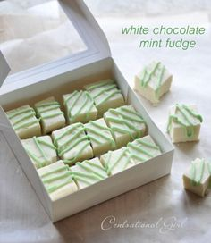 White Chocolate Mint Fudge I love to make sweet little bites for our Christmas party every year, those tiny little morsels that guests can grab and I don't have to worry about slicing up portions and serving them formally. One guaranteed way to satisfy gu Chocolate Navidad, Menta Chocolate, White Chocolate, Chocolate Fudge, Chocolate Tarts, Christmas Chocolate, Fudge Recipes, Candy Recipes, Sweet Recipes