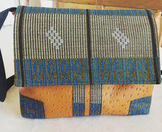 #sacotin #besaceAlex #chut_je_couds   J ai réduis la besace a 80% afin de pouvoir la porter en sac à main  Réalisé en simili cuir et wax