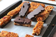 I completely fell for these little cereal bars. - I completely fell for these little cereal bars. Quick to prepare, and to garnish with the cereals / - Batch Cooking, Cooking Time, Raw Food Recipes, Sweet Recipes, Cake Recipes, Salads For Kids, Healthy Bars, Cereal Bars, Galletas Cookies