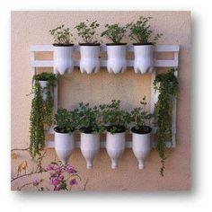 36 Handmade Recycled Bottle Ideas for Vertical Garden - DIY Garten Diy Home Crafts, Garden Crafts, Garden Projects, Garden Art, Garden Design, Garden Ideas, Decoration Plante, Plastic Bottle Crafts, Plastic Bottles