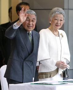 皇后さま 画像集東京国体・手を振られる両陛下 東京国体の開会式で手を振られる天皇、皇后両陛下=28日、東京都調布市の味の素スタジアム…