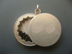 Es gibt viele Gelegenheiten um jemanden mit diesem Medaillon aus Silber Freude zu bereiten: zum Abschied einer Freundin, zum Muttertag oder einfach...