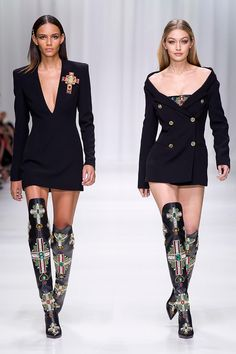 - Discover the Women& Spring Summer Collection Fashion Show by Versace. Tailo… Discover the Women& Spring Summer Collection Fashion Show by Versace. Tailoring, sportswear and effortless glamour. Donatella Versace, Gianni Versace, Versace Fashion, Runway Fashion, Fashion Models, Womens Fashion, Milan Fashion, Versace Dress, Fashion Glamour