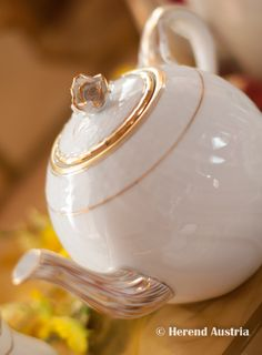 Name of the Herend decor: Hadik. We love its simple yet really elegant gold&white aesthetics. Not to mention the rose! How do you like this tea pot? Spring Cafe, Tea For One, Mocca, Chocolate Pots, Antique China, Vases Decor, Fine China, White Porcelain, Tea Set