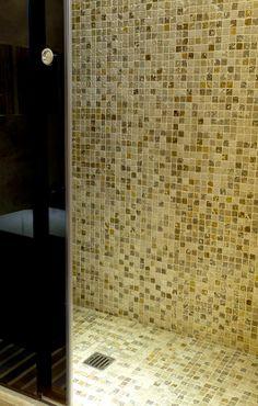 Doccia in mosaico con paravento in cristallo #mosaici #mosaics #shower #bathroom #interiordesign #doccia #bagno #arredare #designdiinterni