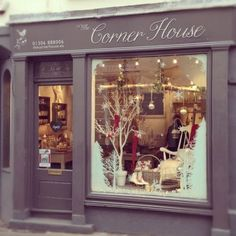 Led lighting in the frosty winter window display of gap, shop window Winter Window Display, Store Front Windows, Store Window Displays, Christmas Store, Shop Front Design, Deco Design, Beautiful Christmas, Christmas Decorations, Christmas Lights