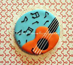 Cookie decorada con guitarra y notas musicales