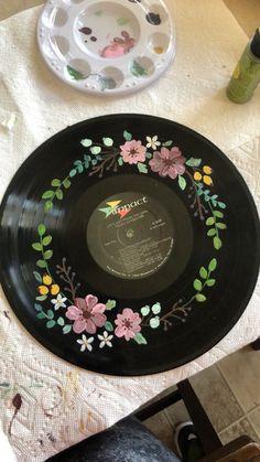 Record Wall Art, Cd Wall Art, Cd Art, Ideias Diy, Vinyl Art, Vinyl Records, Aesthetic Art, Artsy, Laurel Wreath