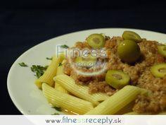 Potrebujeme (3 porcie): • 250 g cestovín (penne) • 4 paradajky • 260 g tuniaka v oleji (2 konzervy) • zelené olivy (podľa chuti – plnené alebo neplnené) • provensálske korenie • soľ, mleté čierne korenie Nutričné hodnoty (1 porcia):…