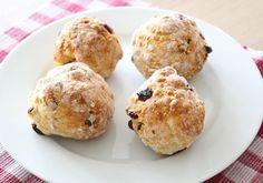 Snelle rozijnen-hazelnoot speltbroodjes