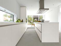Grifflose Designküche b1 mit Insel in Weiß (bulthaup Küchen) #Küche