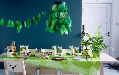 Et bursdagsbord med papirdekorasjoner