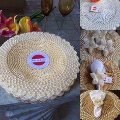 Bom dia! .  A escolha é livre,aproveite,e faça da melhor forma ❤️❤️ . . Gostou? Curta, siga, e compartilhe!! ❌Sousplatscroche com pérolas ❌Porta-guardanapos.  #bomdia #frio #chuva #mesaposta #arteemlinha #diadotrabalho #sousplats #sousplatscroche  #Mesalinda #mesahits #mesaposta #candycolors  #handmade  #tableware  #jogoamericano #croche #crocheting #crochet  #artesanato #meseirasdobrasil #meseirasassumidas #casanocapricho #noivas  #pérolas  #instagram #roupasdemesa