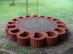 Old bricks were skilfully used for a screen & Wohnaccessoires Flower Pot People, Backyard Trees, Cement Crafts, Flower Pots, Flowers, Front Yard Landscaping, Raised Garden Beds, Beautiful Gardens, Garden Design