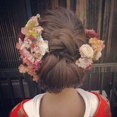 和装 アップ 人気のお花たっぷり #前撮りヘアアレンジ #ヘアメイク #ウェディング #SERLIA Wedding Hair And Makeup, Bridal Hair, Hair Makeup, Wedding Kimono, Japanese Wedding, Hair Arrange, Japanese Hairstyle, Japan Fashion, Kimono Fashion