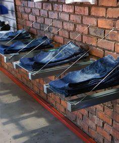 colocación de los vaqueros en una tienda con baldas originales
