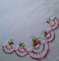 Bico de crochet com aplicações de rosas