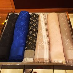 Vuitton Bag, Louis Vuitton Handbags, Louis Vuitton Scarf, Bandanas, Zapatillas Louis Vuitton, Handbag Accessories, Fashion Accessories, Designer Scarves, Scarf Design