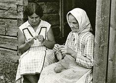 Keuruun Riihossa 1920-luvulla Albin Helén ikuisti äitinsä Miinan neulomassa sukkaa mäkituvan portailla. Miina vieressä nuori nainen virkkaa. Keski-Suomen museon kuva-arkisto.