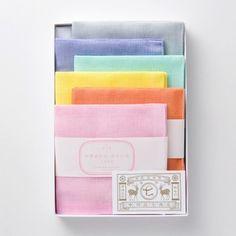 """■中川政七商店 """"お手ふきん ひといろセット"""" 2,754円(税込)  こすもす、だいだい、かなりあ、わかたけ、りんどう、しろがね。日本の美しい鮮やかな色を集めたふきんセットです。箱を開けた瞬間思わず笑顔になること間違いなし。 花の名前を用いた色名がさらに愛らしさを演出します。"""