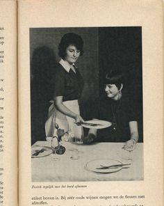 Bestek tegelijk met het bord afnemen. From Kom aan tafel (come to the table), Netherlands, 1962