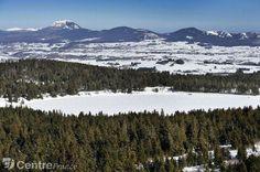 Les volcans d'Auvergne sous la neige vus du ciel