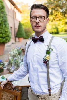 Eleganter #Boho-Zauber in Aquamarin - Hochzeit | Warum nicht auch den #Blumenanstecker am #Hosenträger des #Bräutigam befestigen!?