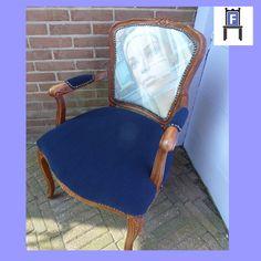 Barok damesstoeltje met een foto van Cees de Wilde. Het is een foto van een etalagepop waarbij je de weerspiegeling van het gebouw aan de overkant in de foto ziet. Het stoeltje is volledig gerestaureerd en bekleed met een mooie donkerblauwe ribstof (www.fotovintage.nl).