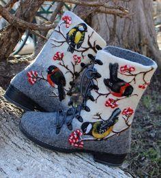 Woman Winter Felt Boots, 100% wool, valenki, shoes, boho, bullfinch, rowan, titmouse door FeltZeppelin op Etsy https://www.etsy.com/nl/listing/226512548/woman-winter-felt-boots-100-wool-valenki