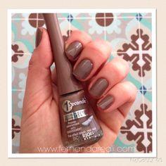 Esmalte Bourjois cor Classy Taupe, nails, nail polish.