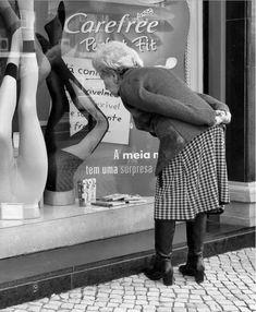 """Rui Palha : Lisboa: a cidade pura e dura, a preto e branco - """"Street Photography"""" mostra Lisboa e os seus habitantes pela lente de Rui Palha. Uma vida a preto e branco que se desenrola nas ruas. Muitas em lugares esquecidos, feitos de sombras."""