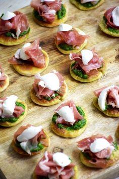 Pesto and ham pizzas from Parma - Aperitif Healthy Appetizers, Appetizer Recipes, Healthy Snacks, Healthy Recipes, Ham Pizza, Pesto Pizza, High Tea Food, Pastry Cook, Cocktail Party Food
