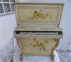 RARE: ANCIEN PIANO POUR ENFANT EN BOIS DECORE A RESTAURER !! - Bernes sur Oise - 95340 Jeux & jouets - Vivastreet