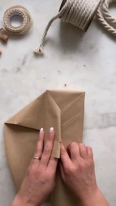 Creative Gift Wrapping, Creative Gifts, Wrapping Gifts, Wrapping Ideas, Diy Crafts Hacks, Diy Crafts For Gifts, Gift Wrapping Techniques, Gift Wraping, Gift Packaging