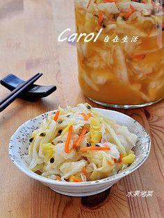 Carol 自在生活 : 水果泡菜 水果泡菜 約10人份  材料: 高麗菜1kg,紅蘿蔔1/4條,鹽1大匙,柳橙1顆, 檸檬1顆,百香果3顆,鳳梨150g,  調味料: 味霖20cc,黃砂糖100g,白醋100g,