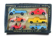 Tomtebiler i originaleske. Inneholder 6 biler og kom med 3 modeller. Serien 1:43