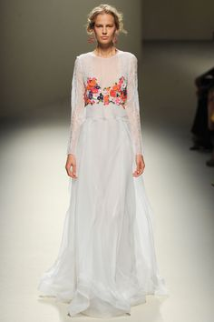 Les robes blanches de la Fashion Week printemps-été 2014: Alberta Ferretti http://www.vogue.fr/mariage/inspirations/diaporama/les-robes-blanches-de-la-fashion-week-printemps-ete-2014/15627/image/870725#!mariage-robe-de-mariee-blanche-alberta-ferretti