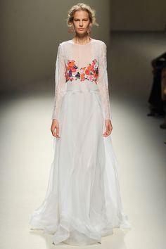 Les robes blanches de la Fashion Week printemps-été 2014: Alberta Ferretti http://www.vogue.fr/mariage/inspirations/diaporama/les-robes-blanches-de-la-fashion-week-printemps-ete-2014/15627/image/870725#!mariage-robe-de-mariee-blanche-alberta-ferretti