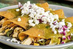 Prepara enchiladas verdes de pollo con rajas de chile poblano y elote con esta rica receta mexicana fácil y sencilla de hacer en 20 min. ¡podrás probarla!