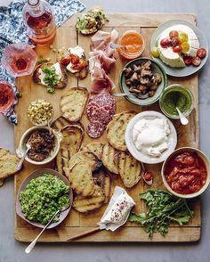 Crie um Bruschetta Bar – Basta usar de sua criatividade para incluir todos os ingredientes gostosos na hora de preparar uma Bruschetta: tomate, manjericão,queijo branco, queijo de cabra, funghi, presunto de parma, salame, molho pesto,mel, tomate seco e por aí vai –  Cada convidado monta a sua a gosto & essa tábua além de original fica linda e com certeza todos vão se deliciar…