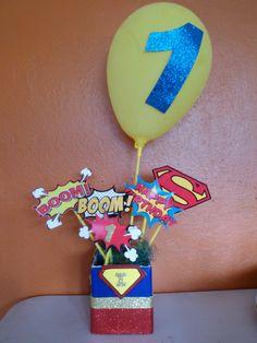 Centro para mesa de fiesta infantil superman.. Un añito..